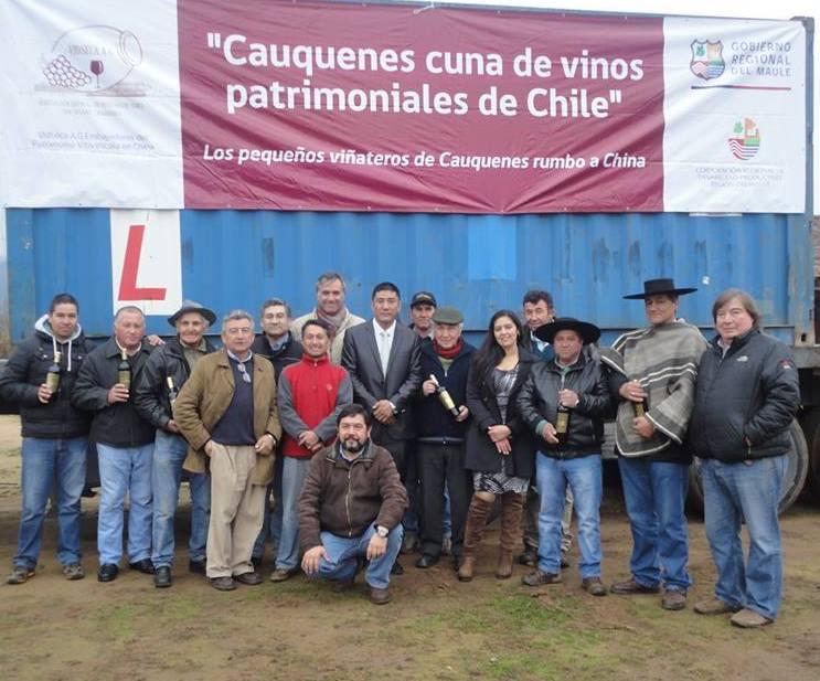 Los integrantes de VidSeca junto a su primer envío de vino embotellado a China.