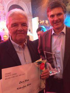 """Mario Pablo Silva recibe junto a su padre el premio como """"Mejor Viña del Año""""."""