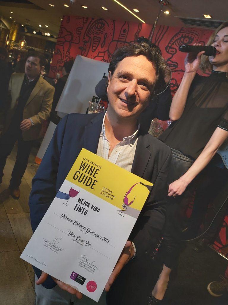 Matías Ríos, enólogo de Viña Cono Sur recibe premio al mejor de la Guia 2019.
