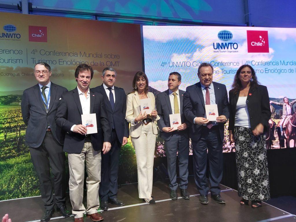 Personalidades asistentes sostienen guía de enoturismo creada por la OMT para Chile.